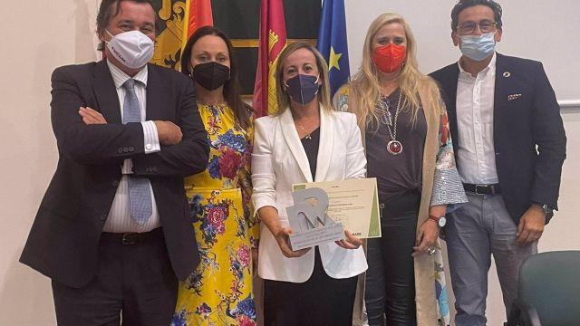 La subdirectora xeral de Atención Hospitalaria del Sergas, Raquel Vázquez Mourelle, recoge el galardón