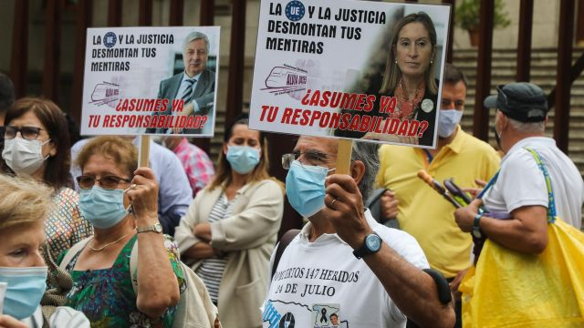 Víctimas y familiares del accidente ferroviario de Angrois durante una manifestación.