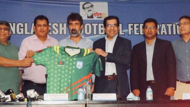 El vigués Óscar Bruzon en su presentación como seleccionador nacional de Bangladesh.