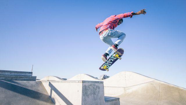 Un patinador haciendo un salto en una imagen de archivo.