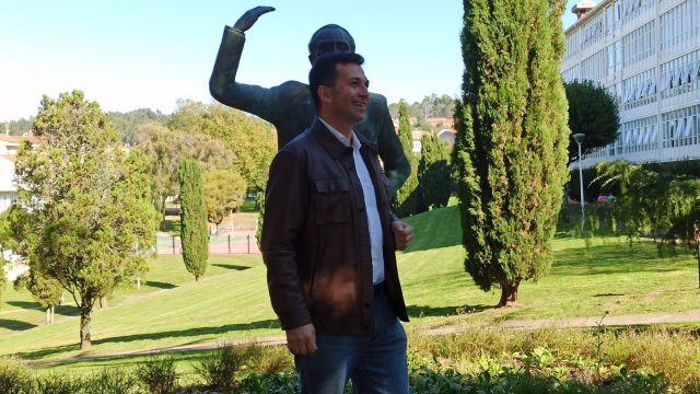 Caballero, ante la estatua del histórico dirigente socialista Pablo Iglesias en Santiago de Compostela