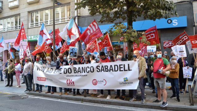 Concentración ante el Banco Sabadell de Xeneral Pardiñas.