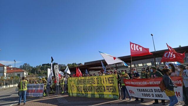 """Bomberos forestales protestan ante la Xunta para reclamar """"estabilidad laboral""""."""
