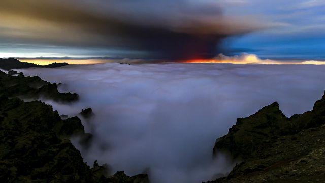 La nube de ceniza y dióxido de azufre que expulsa el volcán de La Palma.