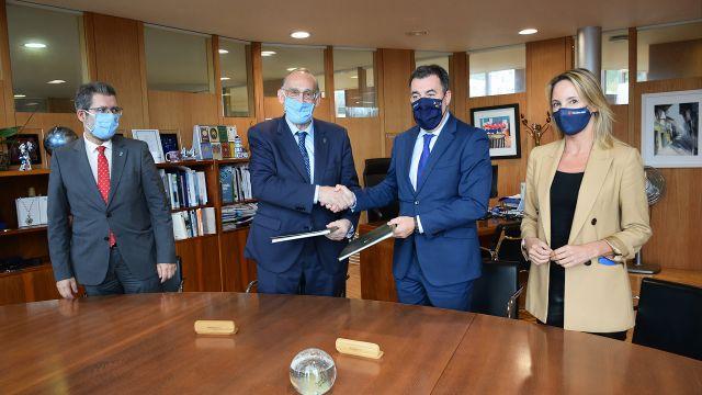 El rector de la UVigo y el conselleiro de Educación, acompañados por la delegada de la Xunta en Vigo y el vicerrector de Ordenación Académica y Profesorado.