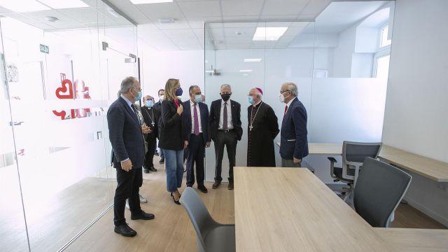 Personalidades visitan el interior de la nueva sede de Cáritas Santiago.