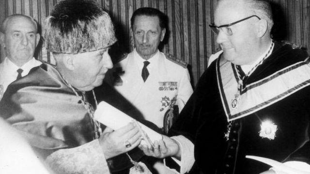 Francisco Franco recibiendo el título de Doctor Honoris Causa en la USC.