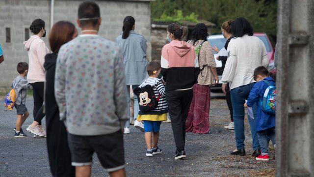 Niños y familiares en la entrada de un colegio gallego el primer día de curso.
