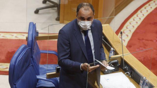 El conselleiro de Sanidade, Julio García Comesaña, en el Parlamento.