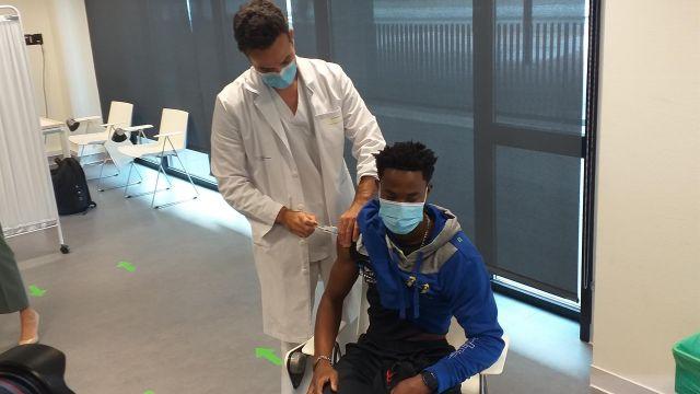 Un joven deportista es vacunado contra la Covid en el Hospital Álvaro Cunqueiro de Vigo, hoy.
