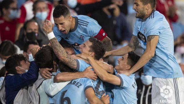Mina, Hugo Mallo, Nolito y Cervi celebran el gol de Denis Suárez en el descuento