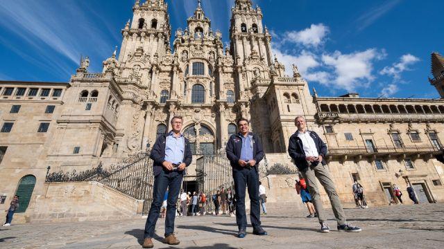 El vicepresidente de la Comisión Europea, Margaritis Schinas (centro), durante su visita a Santiago de Compostela.