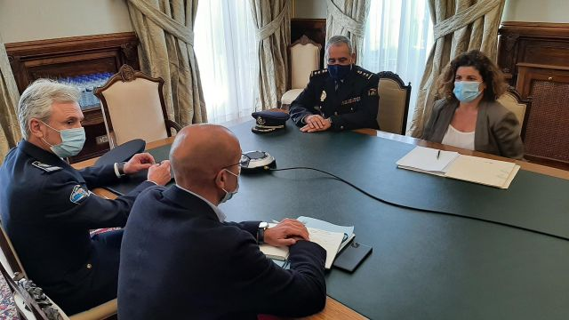 La subdelegada del Gobierno en A Coruña, María Rivas, se reúne con el concejal de Seguridad Ciudadana de Santiago, Gonzalo Muíños.