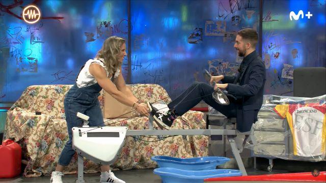 Teresa Portela enseñando a Broncano cómo remar