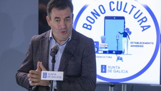 El conselleiro de Cultura, Educación e Universidade, Román Rodríguez, presenta ante los medios el 'bono cultura'
