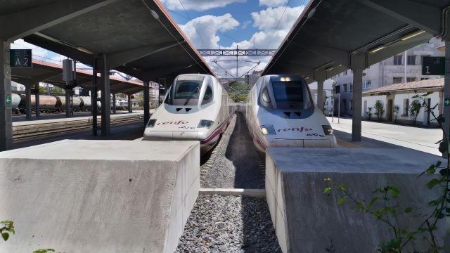 Dos trenes AVE como los que llegarán a Galicia a finales de este año.
