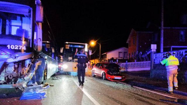 La colisión entre el autobús y un coche en Oleiros.