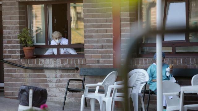 Dos trabajadoras del centro conversan en el exterior de la residencia de Las Gándaras, la mayor de Lugo.