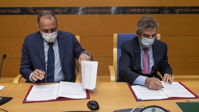 El conselleiro de Sanidade, Julio García Comesaña, y el director general del Hospital Clínic de Barcelona, Josep María Campistol Plana