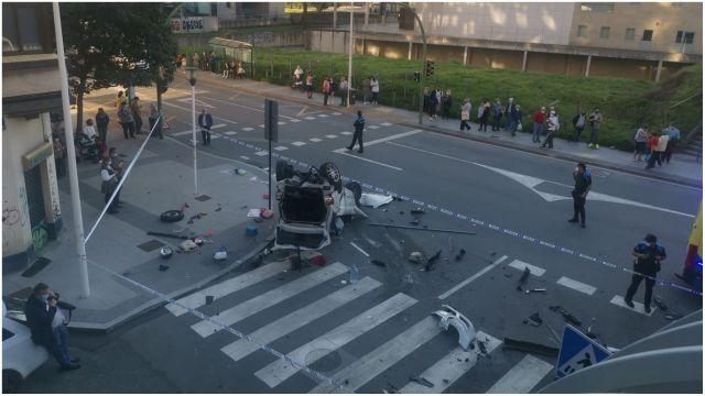 Uno de los coches siniestrados volcado en la calle Caballeros.